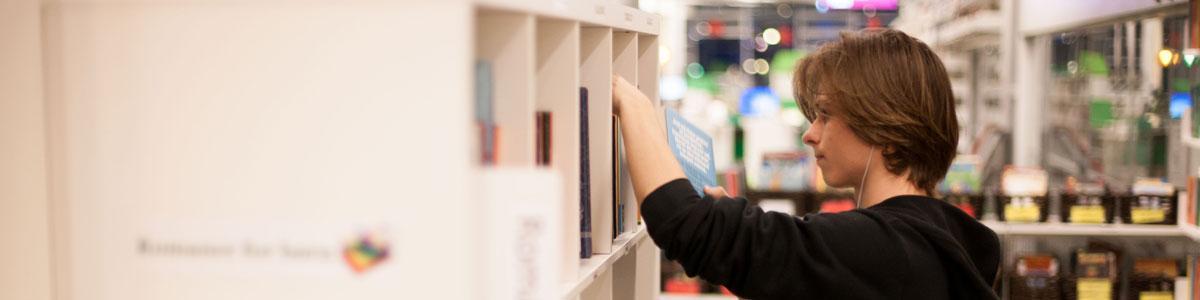 Person kigger på bøger
