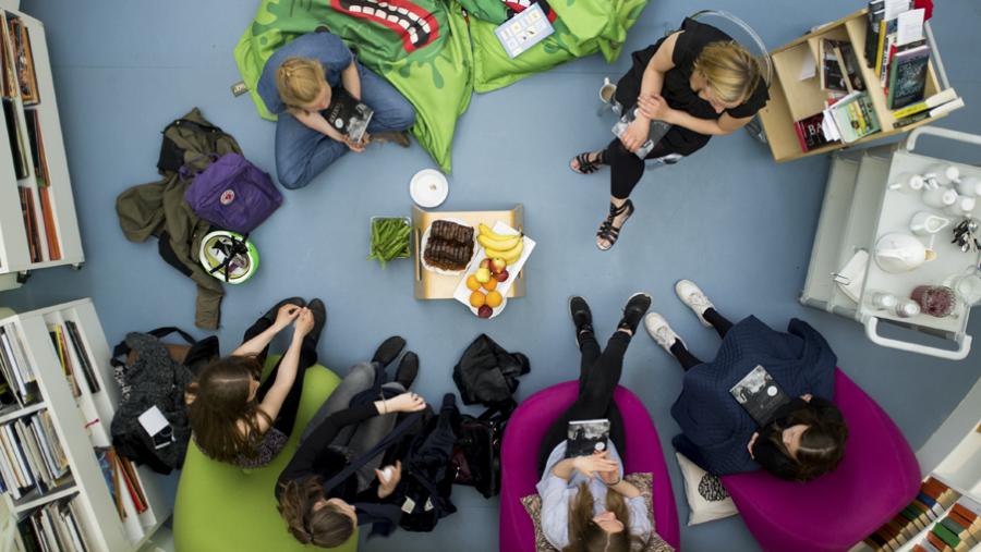 Børnebogklubben mødes på Hovedbiblioteket og snakker om bøger i hyggelige rammer.