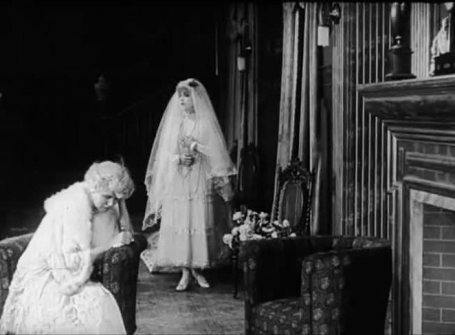 Asta Nielsen i brudekjole i 'Mod lyset'.