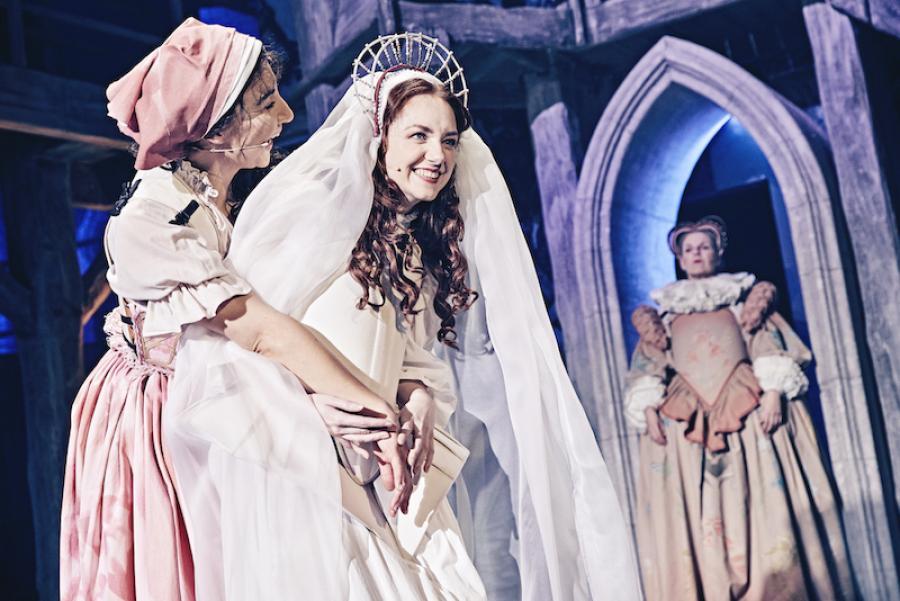 Fra forestillingen Den Evige Ild på Bellevue Teatret. Foto: Emilia Therese