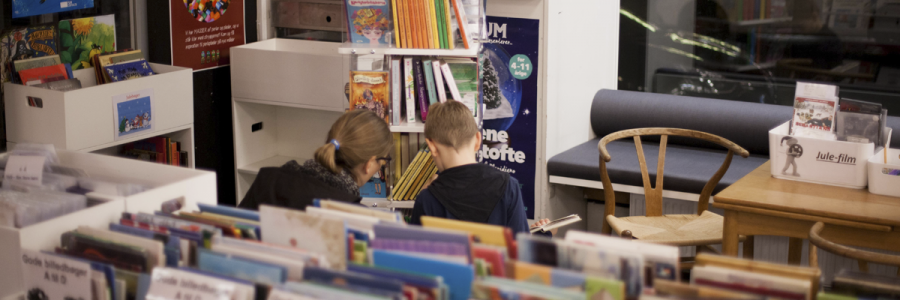 Mor og barn finder bøger på Gentoftegade Bibliotek.