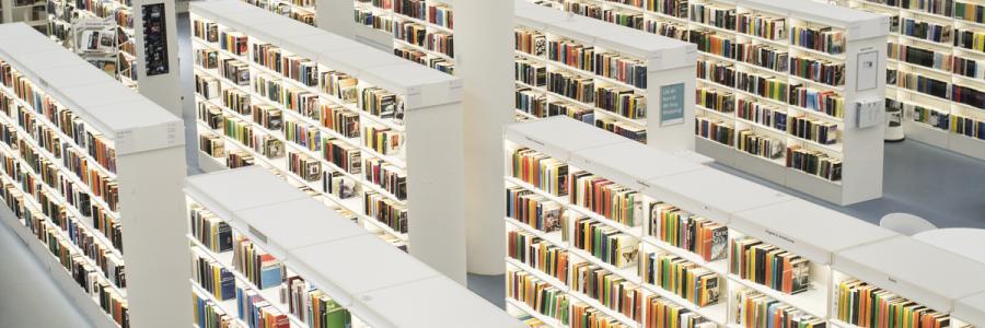 Rækker af hvide reoler på Gentofte Hovedbibliotek.