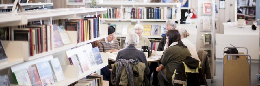 En læsegruppe taler om bøger på Jægersborg Bibliotek.