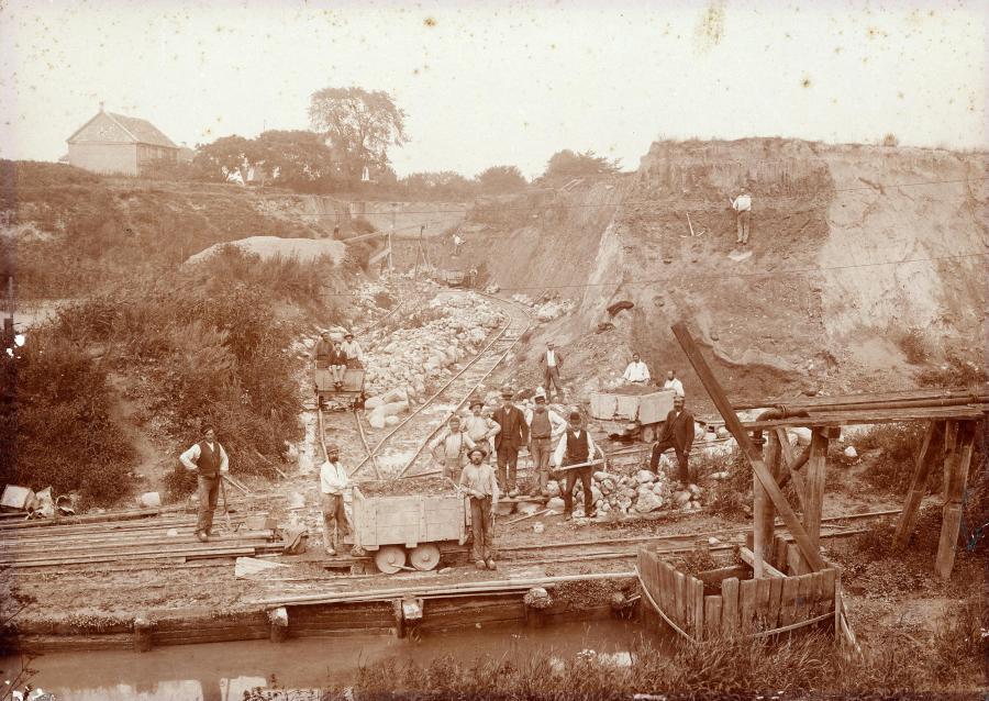 Foto fra omkring år 1900 af teglværkets lergrav med tipvognsbane.