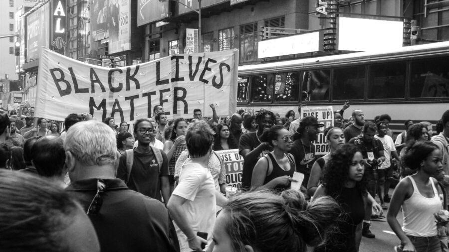 """Hudredetusindvis af mennesker verden over samles til """"Black Lives Matter""""-demonstrationer."""