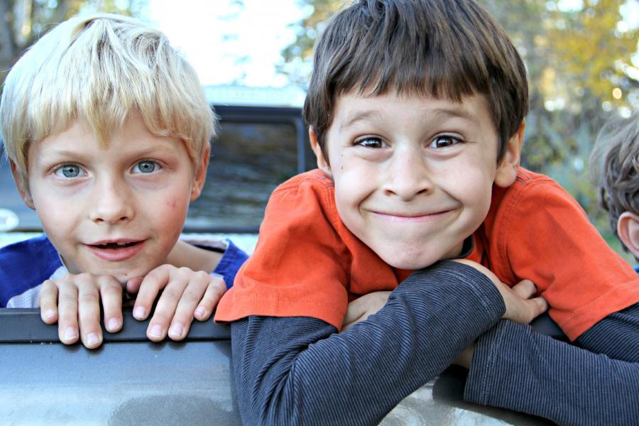 Foto af to glade drenge.