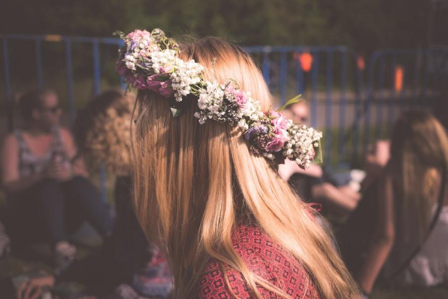 Pige med blomster i håret