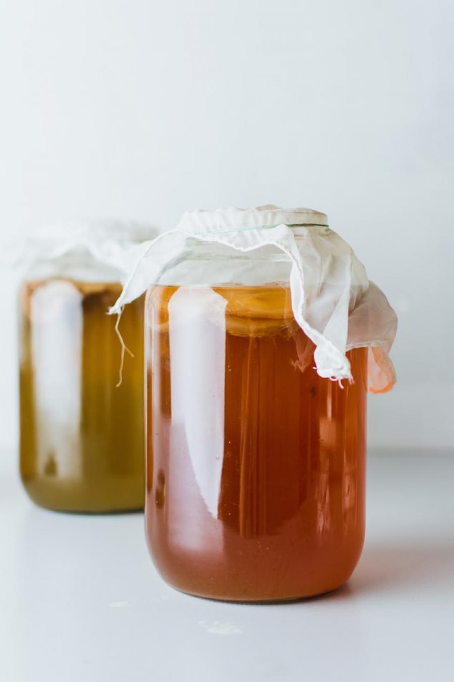 Kombucha er fermenteret te, der har gæret med sukker og forskellige bakteriekulturer.
