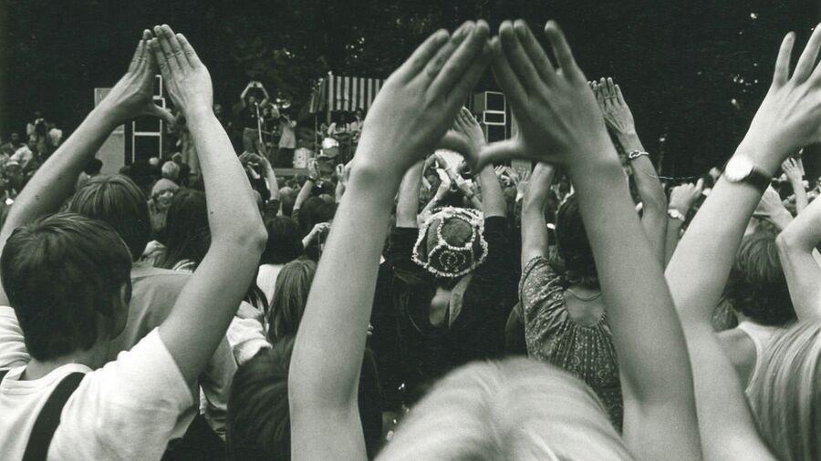 Kvinder til koncert med hænder i vejret, Kvindefestival '74, foto: Filmcentralen