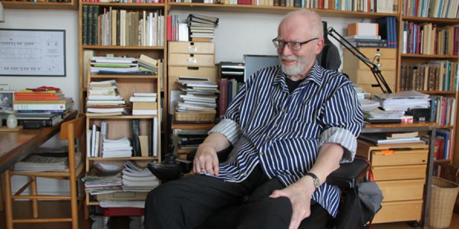 Niels Kragh-Nielsen får leveret bøger til sit hjem via ordningen Biblioteket Kommer. Og det er ren livskvalitet for ham.