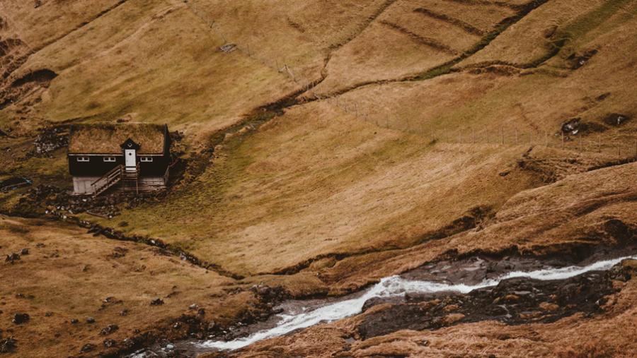 Den gamle slægtsgård er ofte centrum for stridigheder i nordiske slægtsromaner.